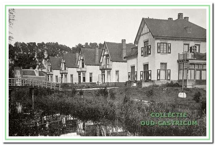 Rechts de ambtswoning en de daarnaast gebouwde witte villa's, die de namen Solana, Eduarda, Jacoba en Flora kregen. Toen kapitein Rommel de villa Solana betrok, werd die omgedoopt in Toba; het eerste schip waarop hij kapitein werd.