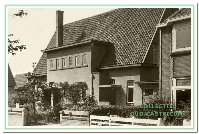 Het huis van dokter Leenaers (op schets nummer 11). Rechts op de foto het woonhuis van de heer Vos (op schets nummer 12); dit huis maakte deel uit van een blok van vier huizen.