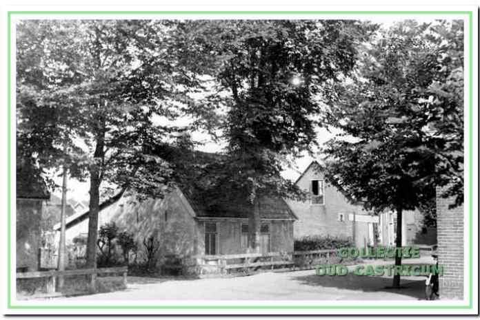 Het huis van Piet Bleijendaal (nr. 7). Rechts is nog juist de heg van het Dokterspad zichtbaar.