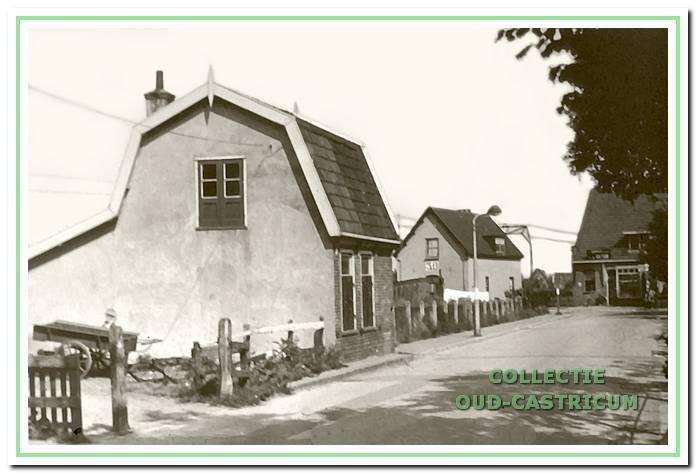 Vanaf de Ruiterweg is het eerste huis aan de westzijde van de Mient (op de schets nummer 1) het spoorhuis, waarin Hendrik Heijstek, de overwegwachter, woonde. In het huis op de voorgrond (op schets nummer 2) woonde Alida de Munk, weduwe van Willem Castricum. Aan de Ruiterweg is de bakkerij van Hemmer nog zichtbaar.