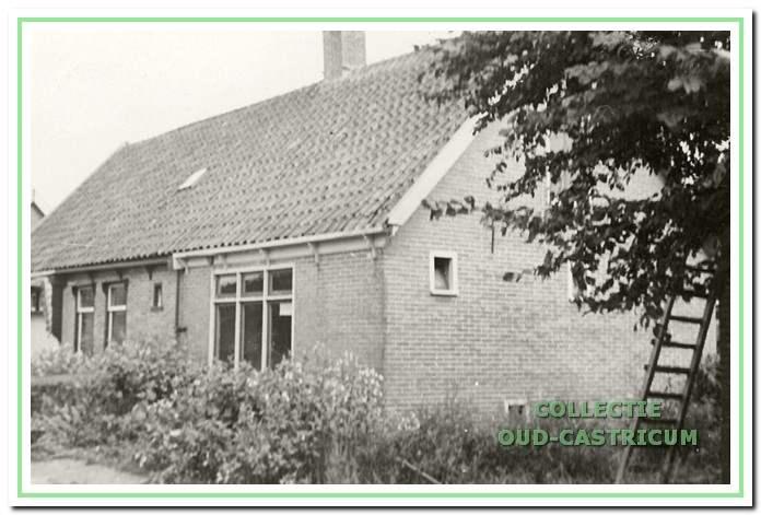 Schoenmaker Hijstek (nr. 9) en manufacturenwinkel van de wed. JA. Meyer (nr. 11).