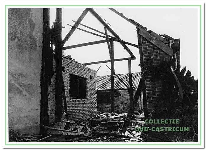 De restanten van de boerderij van Piet Dam na de brand in augustus 1997, aan de Oosterbuurt 1, Castricum.