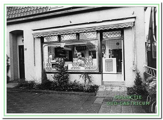 Nadat Jan junior (1944-2009) vanaf zijn 17e de slagerij ruim tien jaar had gerund en in 1973 naar Huizen vertrok, nam zijn broer Aad (1952) het bedrijf over. Hij stak de slagerij begin jaren (negentien) tachtig in een nieuw jasje. De winkel van 'Aad Cas' werd voorgoed in 1988 gesloten, toen door de opkomst van de supermarkten de slagerij niet meer loonde. Breedeweg 16 in Castricum, november 1985.