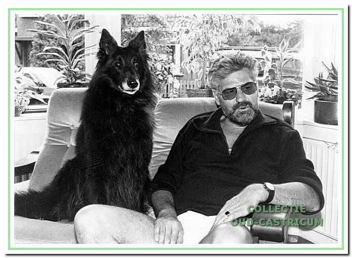 Strandvonder Thijs Bakker en zijn hond Rex.