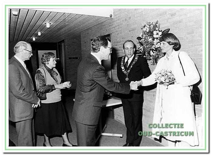Installatie van Burgemeester Schouwenaar. Hans Schwartz feliciteert mevrouw Schouwenaar. Links meneer en mevrouw van Neure Strop, Raadhuisplein 1 in Castricum.