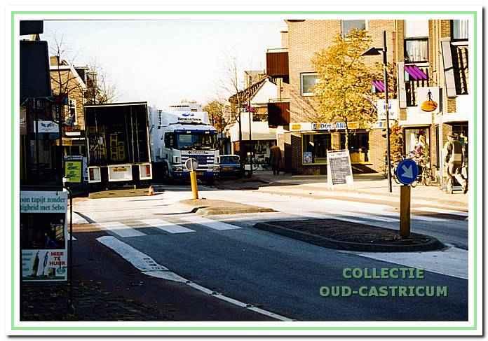 Dorpsstraat in 2000 met bredere trottoirs, meer groen en een versmalde rijbaan.