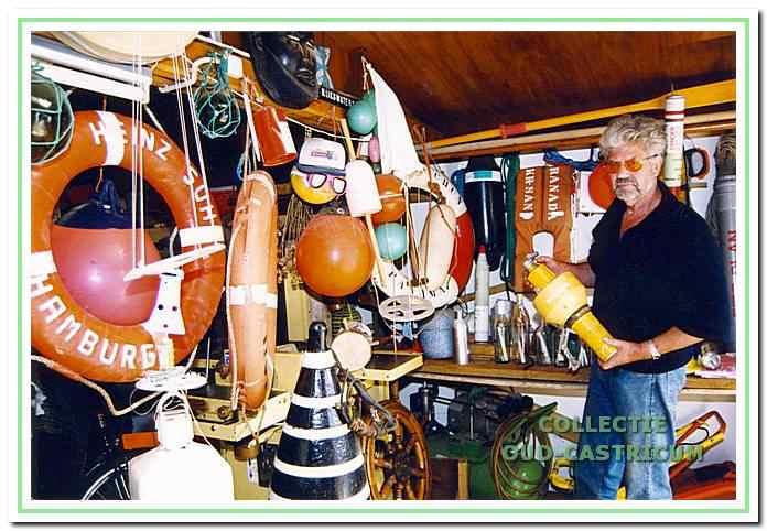 Thijs met een deel van zijn verzameling in de schuur achter zijn huis, in afwachting van een beter onderkomen.