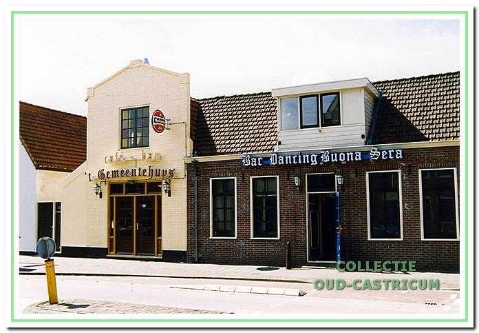 Recente foto van de cafébedrijven 't Gemeentehuys' (Dorpsstraat 18) en 'Buona Sera' (Dorpsstraat 20).