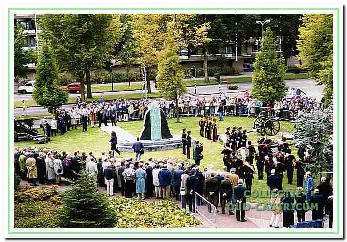 De plechtige onthulling van het monument voor de Slag bij Castricum in 1999 waar historische woorden van Nuhout van de Veen op staan ter verwelkoming van de democratie.
