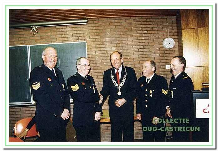 Burgemeester Schouwenaar met leden van de plaatselijke brandweer. Afscheid van 4 vrijwilligers op 11-03-1998. Benoemd tot lid in Orde van Oranje Nassau.