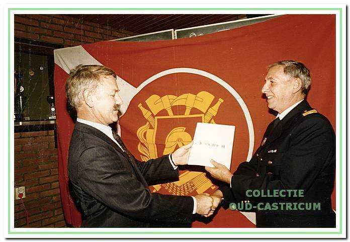 Brandweercommandant J. Hartog (rechts) ontvangt op 26 oktober 1995 het eerste exemplaar van het 18e jaarboekje uit handen van voorzitter S.P.A . Zuurbier van 'Oud-Castricum'. In dit boekje wordt tweehonderd jaar brandweergeschiedenis beschreven.