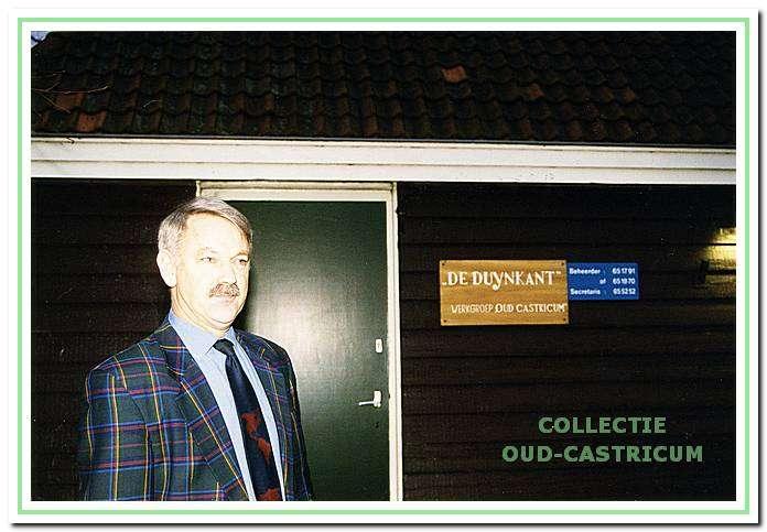 Simon Zuurbier voor het verenigingsgebouw De Duynkant van de Werkgroep oud Castricum. Collectie Nieuwsblad voor Castricum, foto van Ad van de Velde.