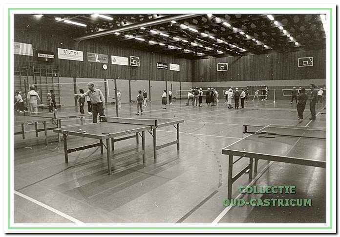 Ouderen sporten in sporthal De Bloemen; sportinstuif ouderen an de Bloemen 71 in Castricum.