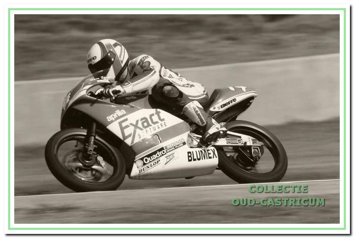 Hans Spaan  in actie (in de 125cc klasse) op zijn Aprilia motor.