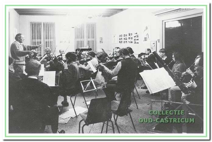 Vanaf 1971 had de muziekschool een voormalig winkelpand aan de Mient in gebruik. Met ingang van 1983 werd het oude raadhuis gehuurd. Cees Brugman, directeur van de muziekschool van 1972 tot 1998, dirigeert in de vroegere raadzaal.