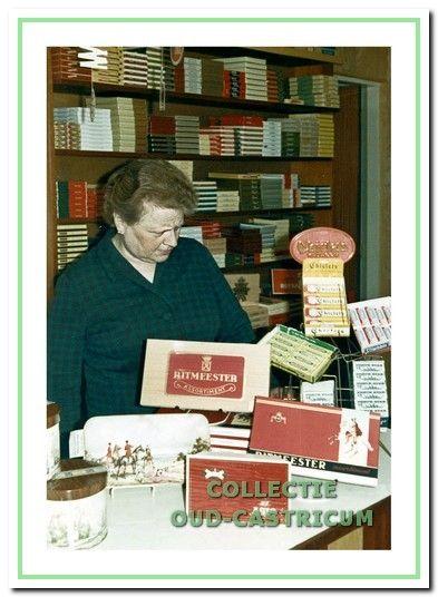 Guurtje Stuifbergen in haar sigarenwinkel aan de Dorpsstraat 93 in Castricum.