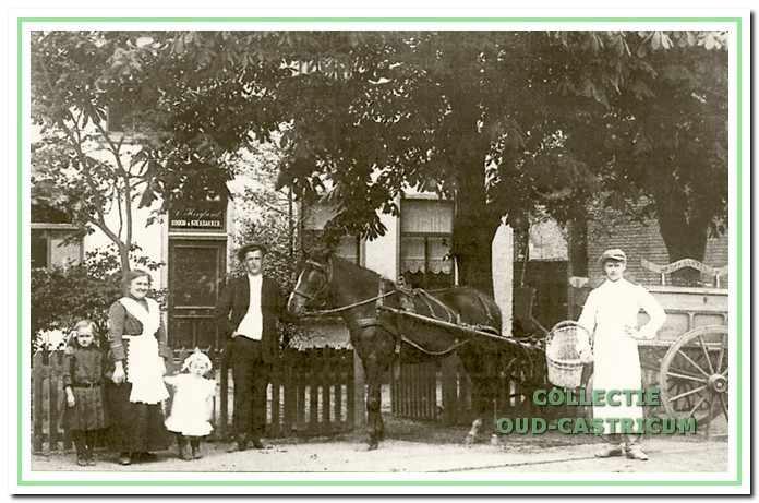 Dirk Hoogland, omstreeks 1914, met paard en bakkerskar voor zijn winkel, Dorpsstraat 45. Naast hem zijn vrouw Trijntje Kooij, met de dochters Neeltje en Grietje. Rechts knecht Kees Vendel.