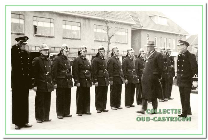 De Brandweer aangetreden voor burgemeester Smeets en commandant Dorus de Groot.