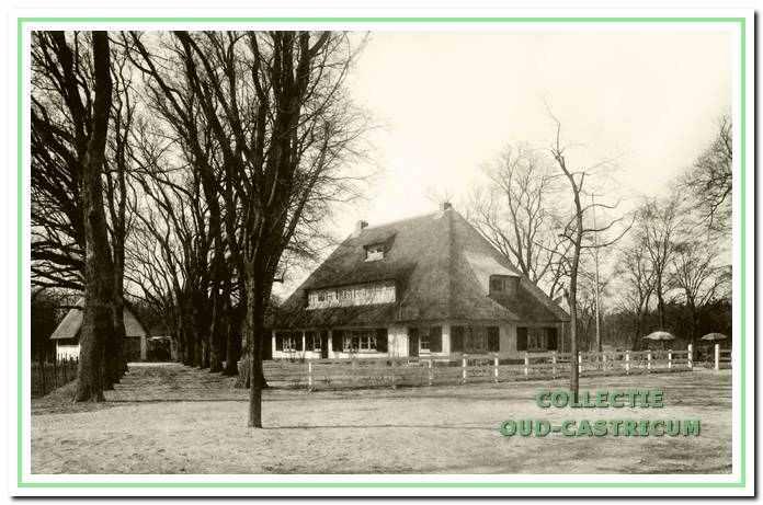 Theehuis Johanna's Hof met nog juist zichtbaar achter twee rijen bomen de schuur annex garage.