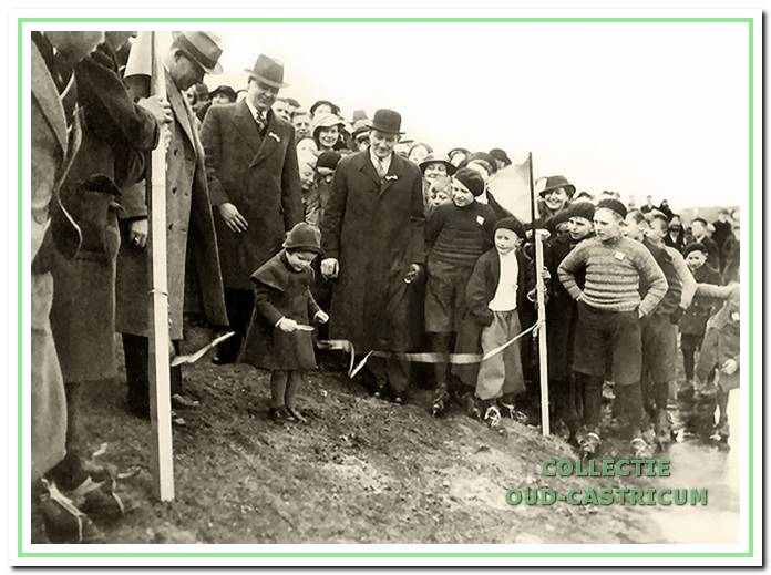De opening van de Kennemer IJsbaan in februari 1936. Sineke, het driejarig dochtertje van dokter Van der Sluis, mag het lint doorknippen.