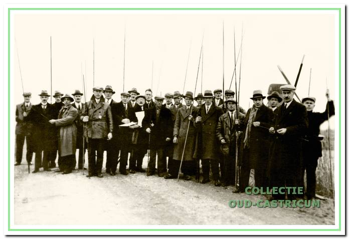 De baarsvissers op 6 december 1936 tijdens de wedstrijd wegens het 10-jarig bestaan.