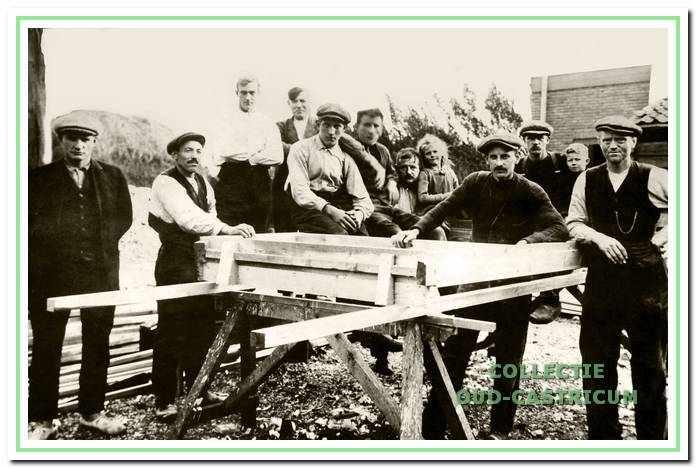 Janus Hopman (links) met zijn personeel v.l.n.r. Siem Pepping, Piet Castricum, Piet de Vries, Cor Zijp, Bertus Scholder, Jan Schuit, Marietje Schuit, onbekend, Engel en Jaap Hopman en Siem Kops, 1923.