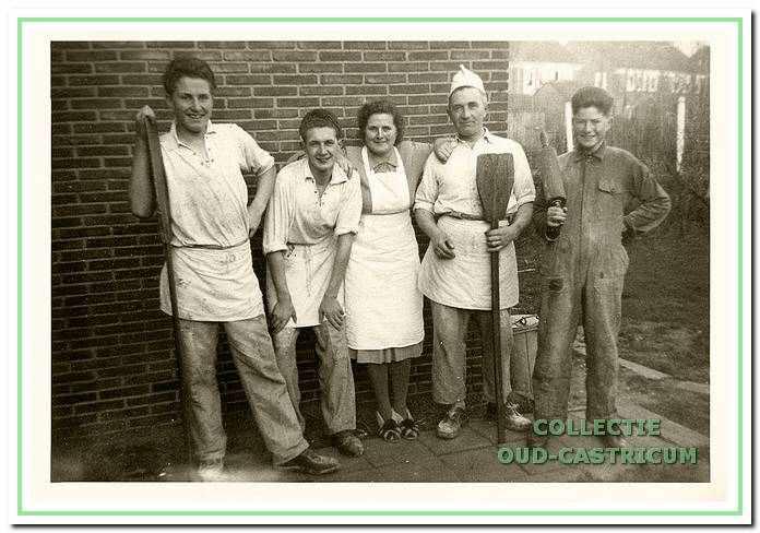 De broers Burgmeijer met hun ouders begin jaren 1950 achter de winkel aan de Burg. Lommenstraat.