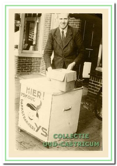 Jan Beerse met ijsverkoop voor zijn winkel.
