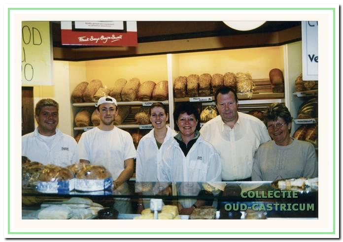 De familie Beerse met haar personeel in 1999.