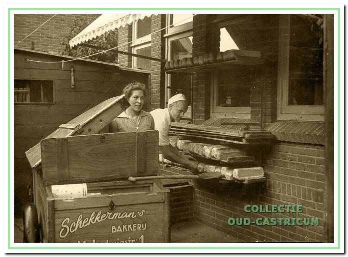 Rieuwert en Iet Schekkerman op de binnenplaats van hun bakkerij, waar de broden staan uit te wasemen voordat ze in de kar werden geladen.