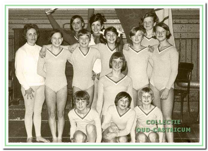 De damesploeg van VIOS na het behalen van het kampioenschap van Noord-Holland rond 1970.