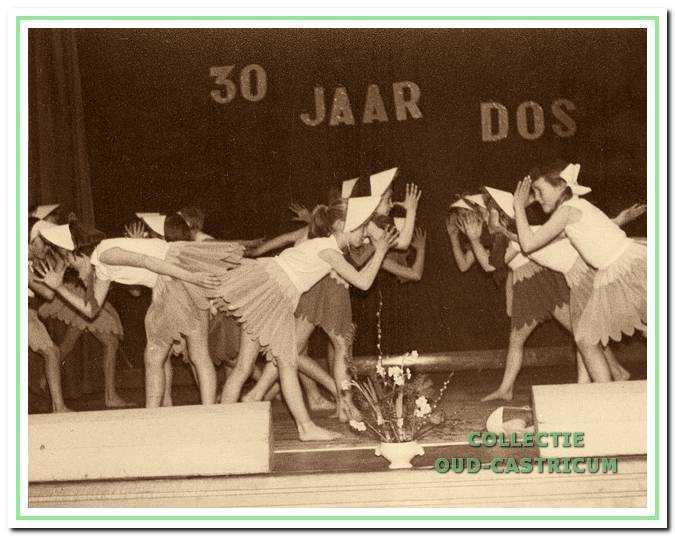 Feest met bal na ter gelegenheid van het 30-jarig bestaan van DOS in 1962.