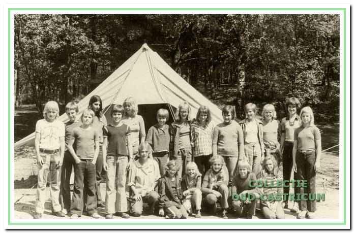 Zomerkamp voor de jeugd van DOS in Beekbergen in 1976 met begeleidsters Marjan Dijkstra en Marian Laverman.