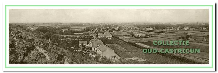 Op de voorgrond aan het Onderlangs de woningen van mevrouw Temper, Berends/Kerkhoff en Glorie. In het laatste huis oefende de 'kankerjuffrouw' haar praktijk uit. De woningen zouden tegenwoordig op het zuidelijk deel van de begraafplaats staan. Iets verder staat de in 1925 gebouwde boerderij van de familie Stuifbergen en daarachter het bedrijf van tuinder Heere. De ziekenbarak steekt links iets boven de bomen uit.