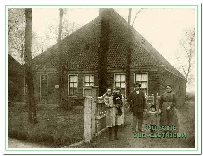 De typisch Noord-Hollandse stolpboerderij van de familie Kuijs is rond 1870 gebouwd door landbouwer Jan Kabel.
