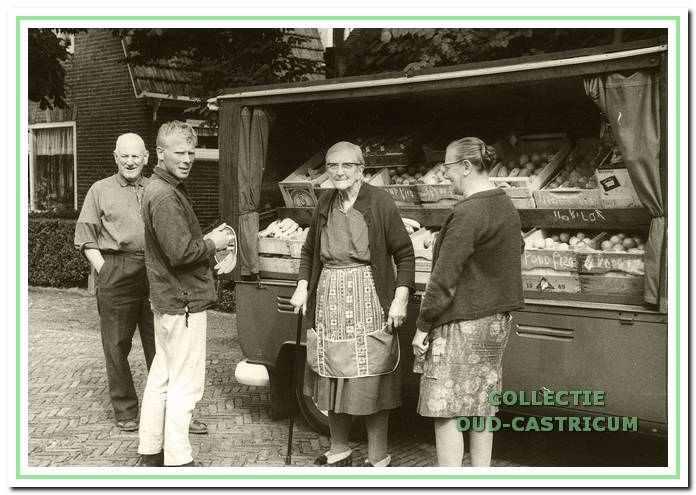 Groenteboer Piet Zonneveld (Boon) uit Bakkum met achter hem de heer Kwadijk en de dames Kwadijk en De Zeeuw.