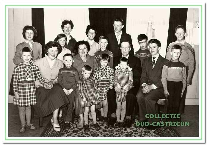 Piet Borst en Margaretha Hes met hun 16 kinderen.