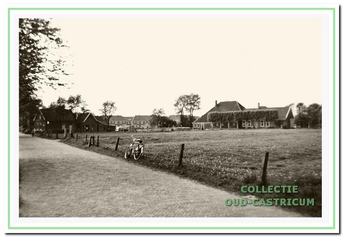 De boerderij voor de komst van het zwembad. Op de achtergrond de Nuhout van der Veenstraat.