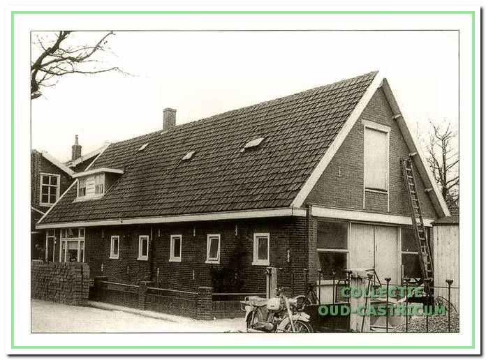 Het gebouw van de eerste Castricumse kaasfabriek, toen aannemer De Nijs daar al gevestigd was.