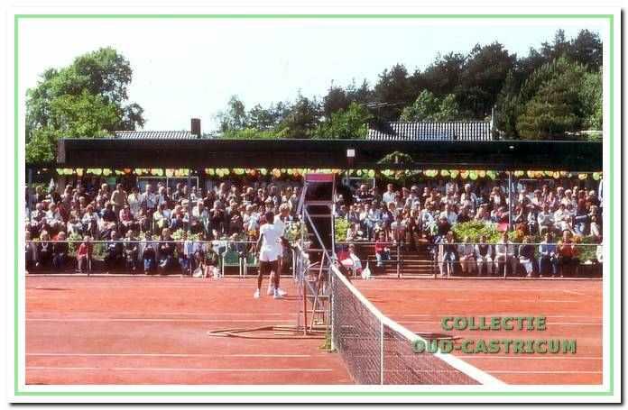 Altijd volop belangstelling voor het Van Keekentoernooi, dat uitgroeide tot een tennisevenement met internationale bekendheid.