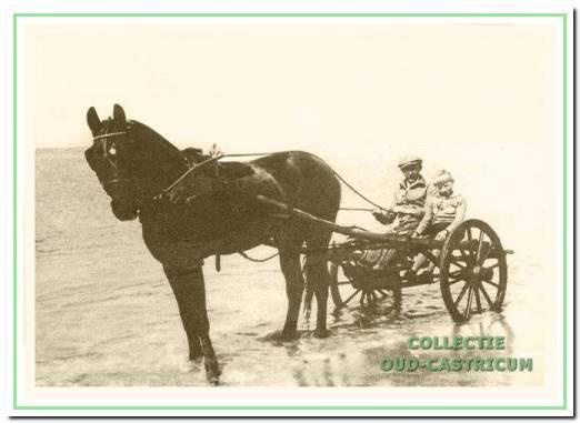 Klaas Groot met zijn zoon Dirk bij de training van de harddraver Kapitein de Bruane op het strand van Castricum in 1928.