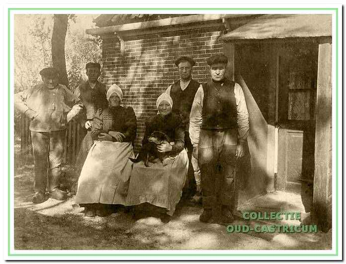 an de achterzijde van de boerderij omstreeks 1910.