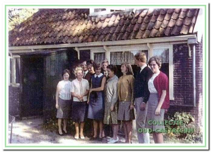 De familie Zomerdijk in de (negentien)zestiger jaren aan de achterzijde van de boerderij.