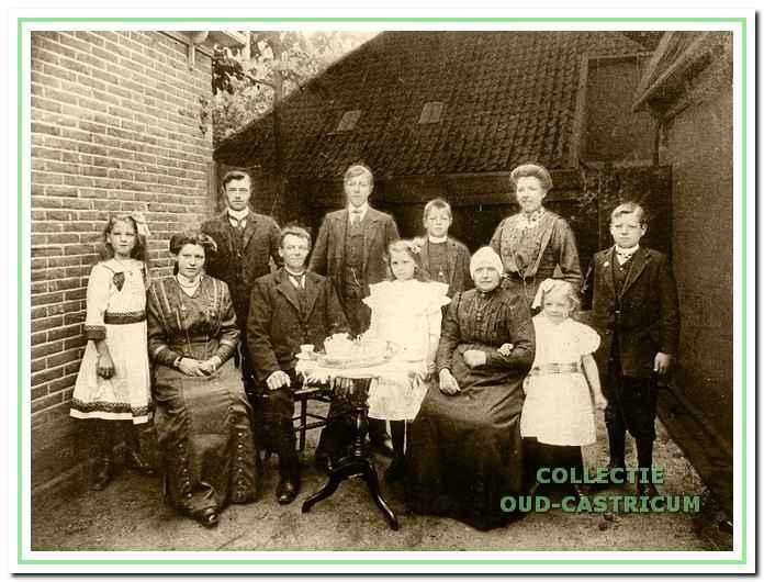 Cornelis Steeman en Francisca Kuiper met hun negen kinderen bij hun huis in de Schoolstraat omstreeks 1914.