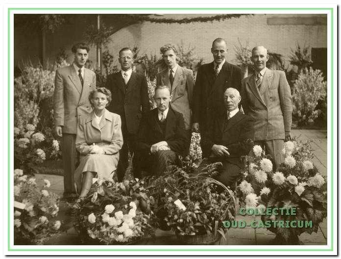 Voorzitter van de vereniging en de directeur van de veiling met de medewerkers. V.l.n.r. : zittend: Trees Twisk - Veldt, Jaap Schut en Jan Brandjes; staand: Henk Wulp, Siem Druijven, Frans Schut (zoon van Jaap Schut), Frans Schut (broer van Jaap Schut) en Willem Brakenhoff.