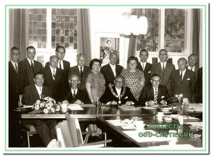 De leden van de gemeenteraad in 1963. V.l.n.r. zittend: wethouder G. Meijer, wethouder N.Veldt, burgemeester C.F. Smeets, gemeentesecretaris G. Louter; staand: de raadsleden W. Klinkenbijl, C.J. Baltus, J.W. Zandbergen, P.F. Janzen, J. Kraakman, Mevr. J.C. Verhoef - Defourny, de heer W.M. Hendrikse, mevr. M. Wentink - Beusman, mr. J. Verkerk, J. de Vries, A. Kooiman, D. Kaper en de notulist van de raad de heer H. Koelman.