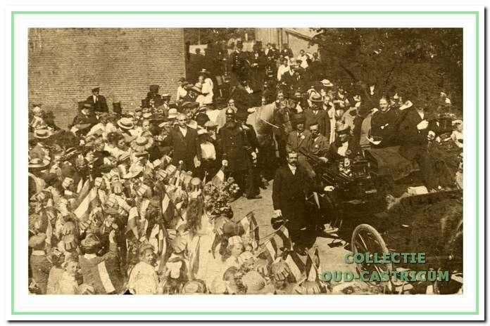 Op 1 augustus 1918 wordt Piet Lommen enthousiast in Castricum ontvangen. Staande in de open koets de nieuwe burgemeester en zijn stiefmoeder Cateau Lommen - Sauveur. Door zijn martiale uniform en lange baard is ook veldwachter Koelewijn goed herkenbaar.