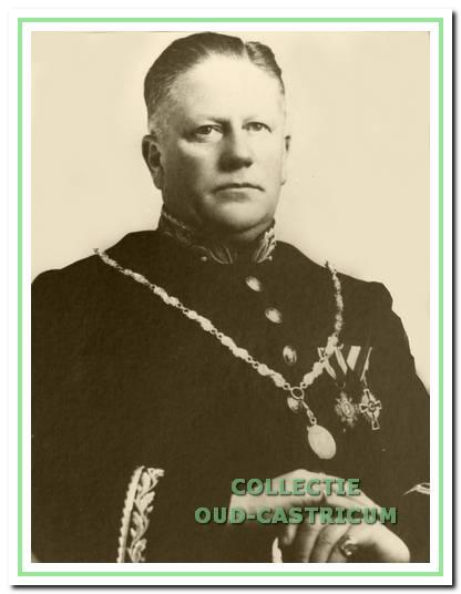 Burgemeester Lommen (1885-1936) droeg op hoogtijdagen nog zijn ambtsuniform.