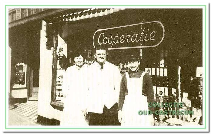 Nicolaas Schoute met enkele personeelsleden in 1948 voor zijn kruidenierszaak, Dorpsstraat 66A.