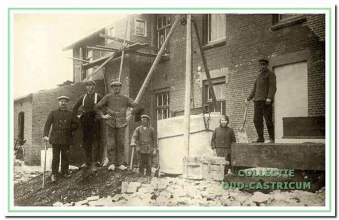 Het herstel van het verwoeste pand in 1929; rechts op de foto Dorus Veldt.
